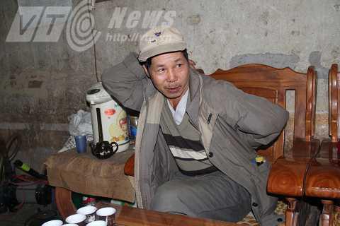 Ông Tinh diễn tả lại cảnh các nạn nhân bị trói trong thảm sát Tổng Chúp