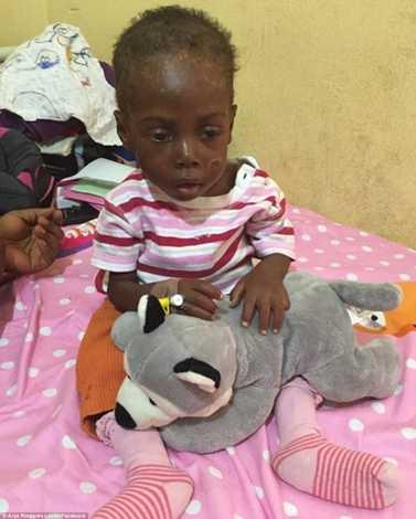 Hope bên cạnh đồ chơi của mình trong bệnh viện