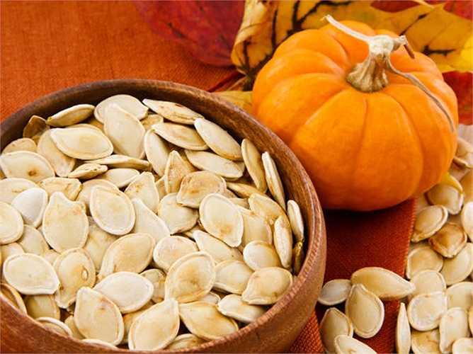 Hạt bí ngô: Chứa vitamin E có khả năng giảm thiểu sự phát triển của các tế bào ung thư. Vitamin này cũng tốt cho hệ miễn dịch của bạn.