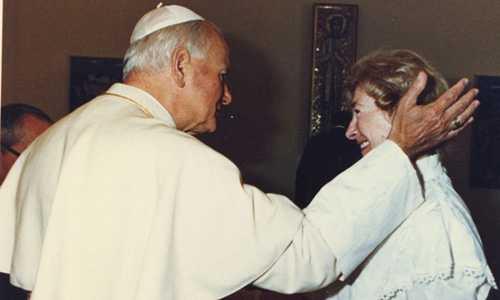 Giáo hoàng John Paul II trong một khoảnh khắc thân mật với bà Tymieniecka. Ảnh: Guardian