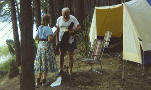 Giáo hoàng và người bạn nữ thân thiết lâu năm đi cắm trại bên hồ. Ảnh: Guardian