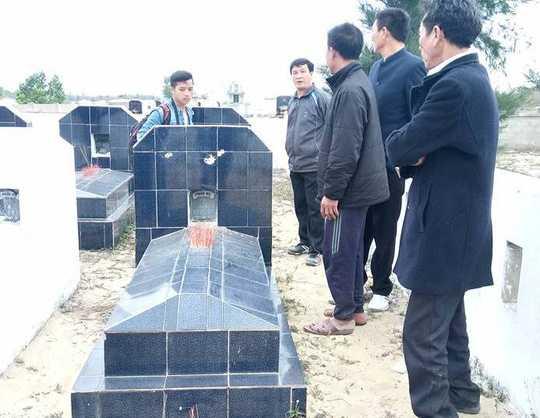 Kiểm tra tình trạng các ngôi mộ bị đập phá.