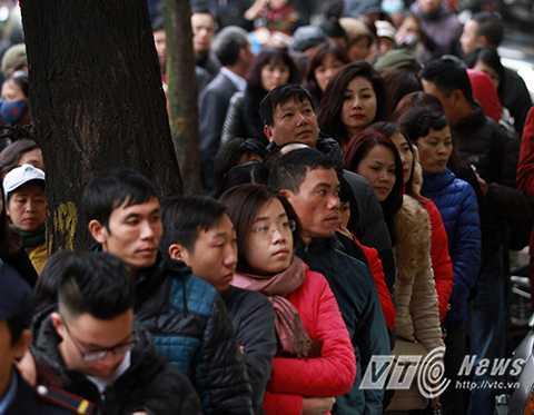 Chính vì thế, ngay từ 5 giờ sáng đã có rất nhiều người đứng xếp hàng trước một cửa hàng vàng trên đường Cầu Giấy để mua vàng may mắn ngày Vía Thần Tài.