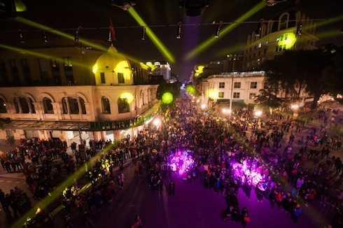 Chương trình nghệ thuật 'Hành trình kết nối yêu thương' đã thu hút hàngchục nghìn người dân thủ đô đã có mặt tại Quảng trường CMT8, Hà Nội, thưởng thức các tiết mục biểu diễn của các nghệ sỹ nổi tiếng.