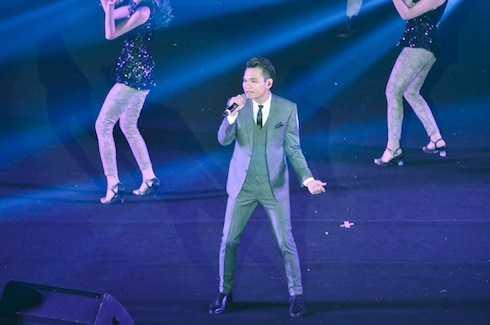 Khắc Việt mang tới những bản phối mới sôi động cho các ca khúc Tôi là người Việt Nam, Sau tất cả, Yêu lại từ đầu.