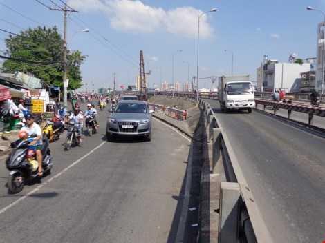 Theo  Sở GTVT, mặt cầu và đường dẫn lên xuống hai cầu là vênh nhau, khấp khểnh nên phải bỏ cầu cũ xây cầu khác cho hai cầu giống nhau