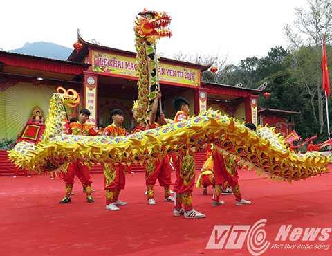 Biểu diễn múa rồng chào mừng Lễ khai hội