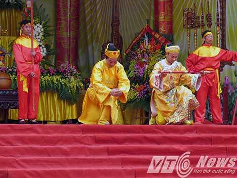 Hoạt cảnh Vui hội Non thiêng Yên Tử, cảnh Phật Hoàng Trần Nhân Tông nhường ngôi báu xuất gia tu hành