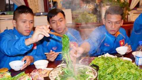 Cầu thủ Futsal Việt Nam quây quần bên bếp lẩu ở Uzbekistan