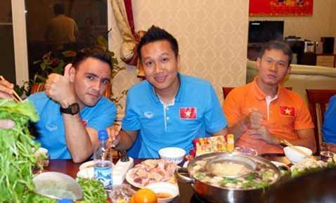 Các thành viên Futsal Việt Nam hào hứng bên nồi lẩu gà