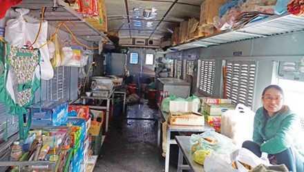 ĐSVN có nhiều toa tàu tuổi đời hơn 50 năm mua của Trung Quốc vẫn sử dụng. Trong ảnh, một trong những toa tàu cũ nát vẫn được sử dụng chụp tại Ga Hà Nội chiều 16/2. Ảnh: Bảo An