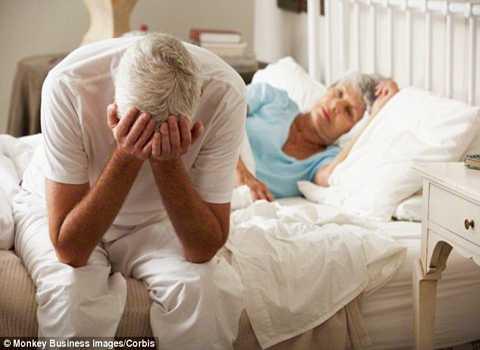 Ngáy không chỉ gây phiền nhiễu  tới người bên cạnh mà còn là một triệu chứng của bệnh tim. Ảnh Daily Mail