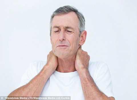 Đau thắt ngực hoặc vai là dấu hiệu của cơn đau tim hoặc nhồi máu cơ tim. Ảnh Daily Mail