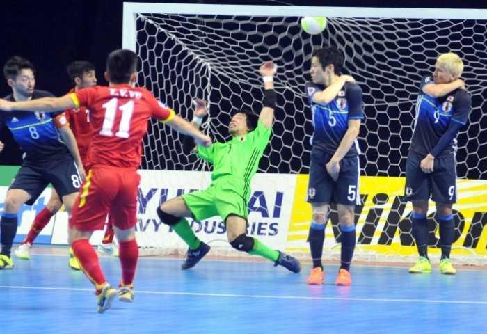 Văn Vũ sút tung lưới thủ môn Sekiguchi
