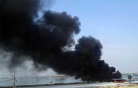Cột khói bốc Tàu du lịch, tiền tỉ, cháy ngùn ngụt, cảng biển, Cửa Đại, Hội Andữ dội