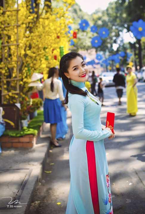 Trước khi nghỉ Tết và lên đường sang Mỹ, Thanh Ngọc được em chồng của mình – Thông Hoàng – mừng tuổi bằng cách thực hiện nhiều bộ ảnh với không gian rực rỡ, màu sắc của mùa Xuân để cô lưu giữ kỷ niệm.