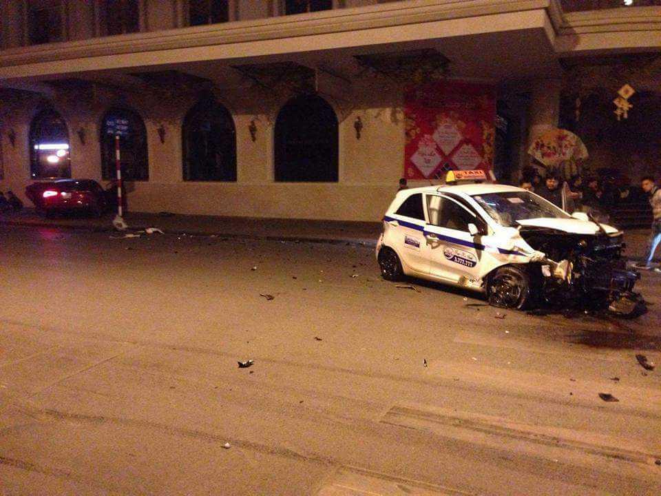 Hai ô tô đều bị hư hỏng nặng.