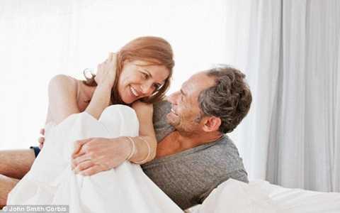 Liệu pháp HRT giúp các quý ông tăng ham muốn về tình dục và cải thiện tâm trạng đáng kể. Ảnh  Daily Mail