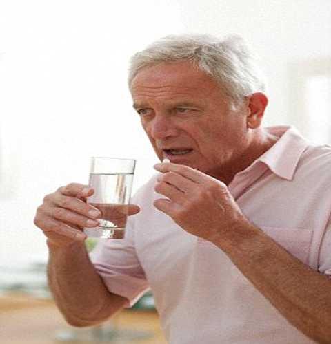 Nam giới cũng cần uống thuốc bổ sung testosteron trong thời kỳ mãn kinh nam. Ảnh Daily Mail