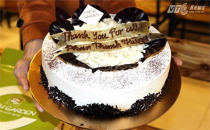 Chiếc bánh với dòng chữ cảm ơn HLV Phan Thanh Hùng. (Ảnh: Quang Minh)