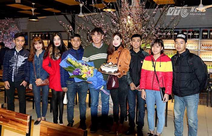 HLV Phan Thanh Hùng đã cảm nhận được sự ấm áp, tình cảm mà các CĐV dành cho mình, dù ông không còn dẫn dắt đội bóng nhà bầu Hiển. (Ảnh: Quang Minh)