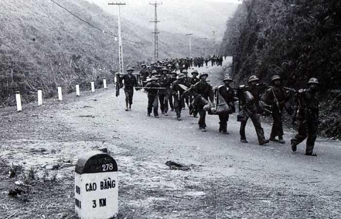 Quân ta tiến ra mặt trận (Ảnh: Mạnh Thường)