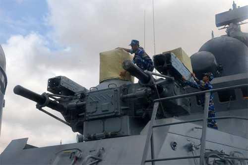 Các thủy thủ kiểm tra vũ khí trước khi tàu xuất phát