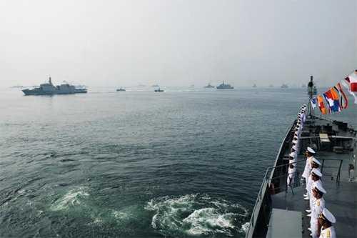 Tàu Tổng thống Ấn Độ duyệt đội hình tàu Việt Nam