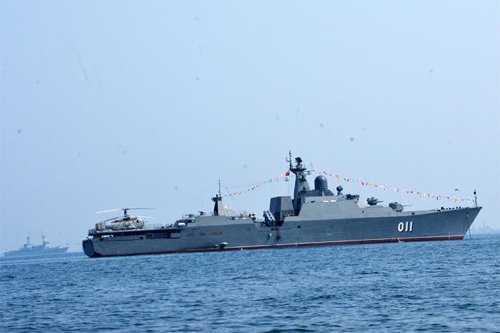 Tàu Đinh Tiên Hoàng tại lễ duyệt binh