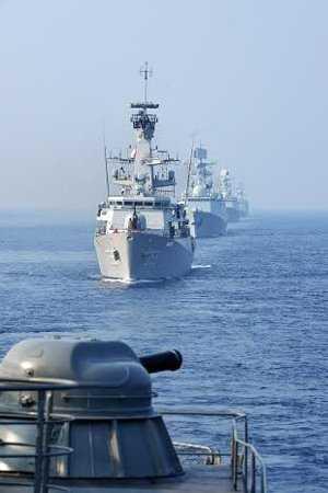 Tàu Hải quân Việt Nam trong đội hình duyệt binh, phía sau là tàu Indonesia, Trung Quốc