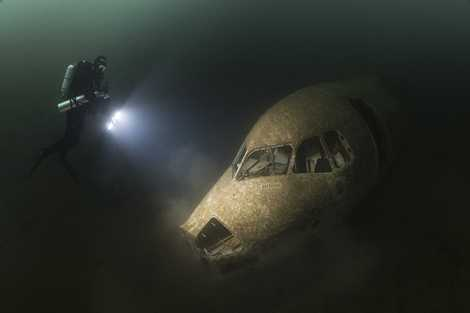 Phần đầu máy bay gặp nạn nằm im dưới đáy biển
