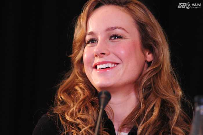 Brie Larson rạng rỡ trong họp báo - Ảnh: Tùng Đinh
