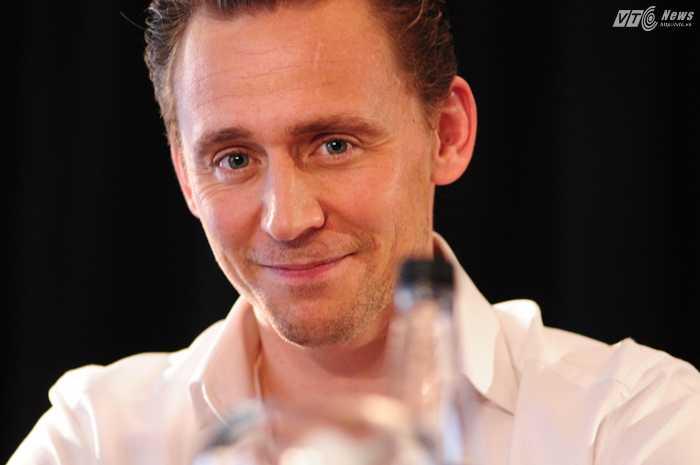 Vẻ điển trai của Tom Hiddleston khiến nhiều fan nữ điêu đứng - Ảnh: Tùng Đinh