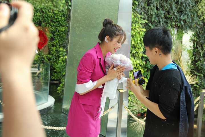 Phạm Hương là một trong những người đẹp Việt được biết đến nhiều nhất ở Thái Lan. Năm 2015 khi dự thi Hoa hậu Hoàn vũ tại Mỹ, bên cạnh những fan hâm mộ từ Việt Nam, Phạm Hương nhận được rất nhiều sự quan tâm và yêu thương của fan quốc tế.