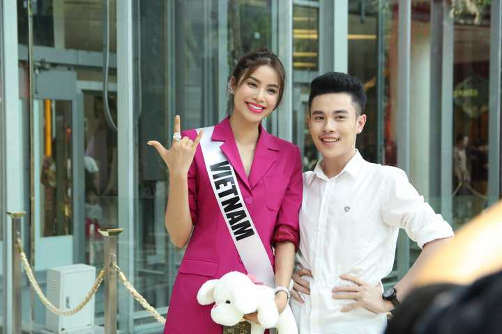 Chiều ngày 20/02, tại Siam Pagagon, một trong những trung tâm thương mại đông đúc nhất Thái Lan, có hơn 30 bạn fan đã chờ sẵn để mong gặp Phạm Hương. Ngay khi thấy người đẹp. Các fan reo hò và bất ngờ đeo dãy băng đeo (Miss Vietnam), khiến nhiều người khác lập tức nhận ra Hoa hậu Hoàn vũ Việt Nam đang ở Siam nên bắt đầu tập trung và xin chụp ảnh.