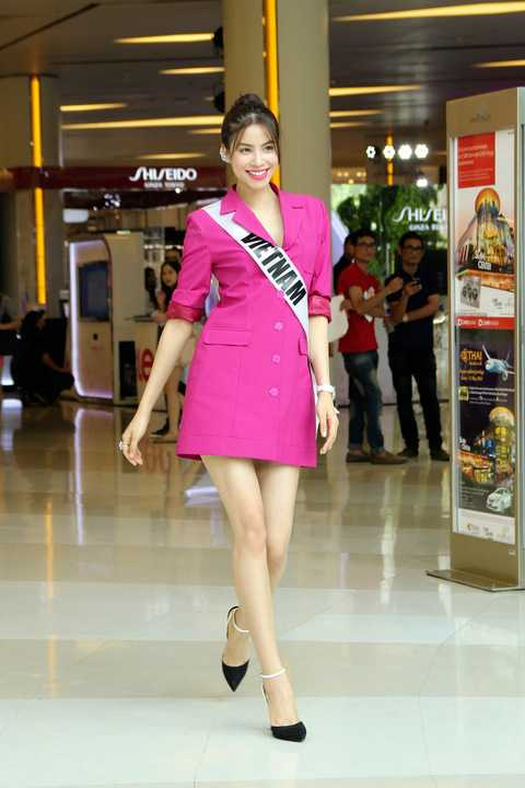 """Kết thúc buổi gặp gỡ ngắn,  Phạm Hương cùng các fan đã chụp rất nhiều ảnh và quay clip hô to """"We love Vietnam, We love Thailand"""" để bày tỏ sự gắn kết của fan hâm mộ hai nước."""