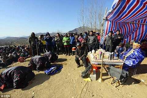 Thế nhưng chỉ có khoảng 40 trong 50 người thân đến dự đám ma của ông Trương