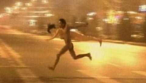 Người ở ông trần như nhộng ôm búp bê chạy loạn trên phố