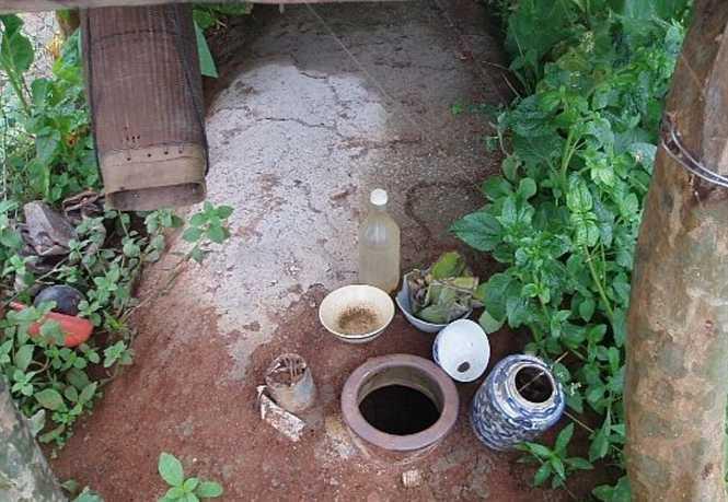 Những ngôi nhà ma với các vật dụng được chia và đồ ăn, uống cho người chết
