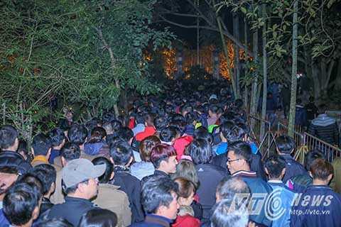 Đêm 21/2, lễ khai ấn đền Trần diễn ra tại đền Thiên Trường thuộc Khu di tích đền Trần (phường Lộc Vượng, TP Nam Định). Hàng vạn người khắp các nơi đổ về khiến vòng ngoài đền đông nghịt người, không còn một chỗ trống.