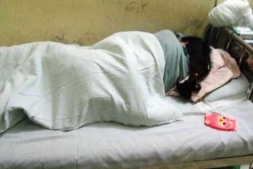 Nữ sinh H. đã tỉnh lại sau một ngày hôn mê (Ảnh: Petrotimes)