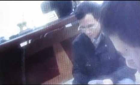 4 cán bộ, chiến sỹ công an đánh bài tại phòng làm việc Công an phường Trần Phú (TP.Hải Dương) - Ảnh cắt từ clip