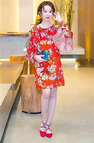 Sinh năm 1995, song Angela Phương Trinh sở hữu một gu thời trang sexy và mạnh bạo chẳng kém bất cứ 'đàn chị' nào trong showbiz Việt. Cô nàng bao lần đối mặt với chỉ trích từ dư luận vì bộ quần áo quá đỗi mát mẻ.