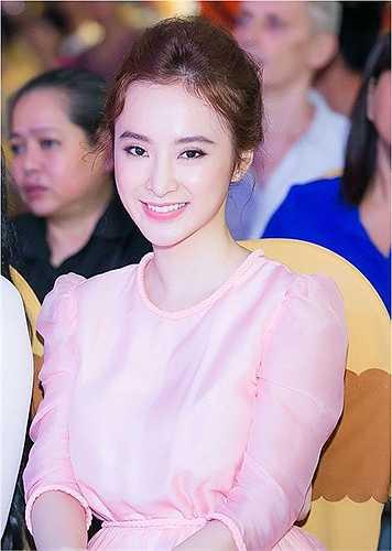 Cô nàng nổi tiếng táo bạo của Vbiz ghi điểm tuyệt đối trong bộ váy màu hồng nữ tính và kín đáo. (Nguồn: Dân Việt)