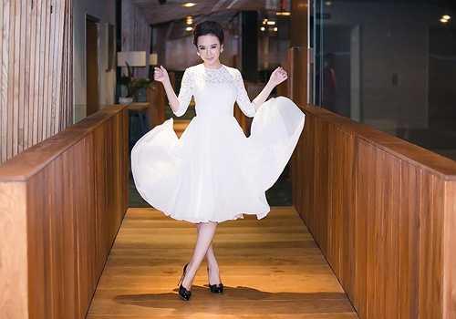 Thời gian qua, Angela Phương Trinh đổi hướng trong việc xây dựng phong cách, các thiết kế gây sốc nhường chỗ cho trang phục gợi cảm ý nhị