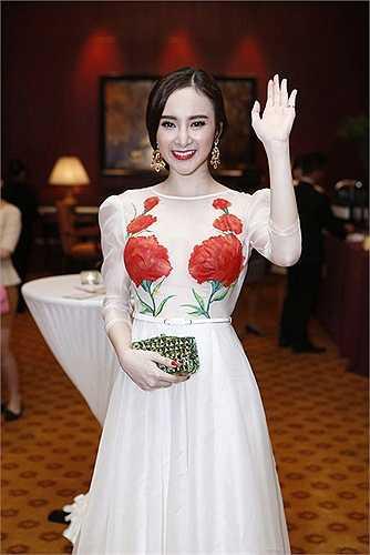 Angela Phương Trinh được khen ngợi trong chiếc váy xuyên thấu đẹp mắt và tinh tế