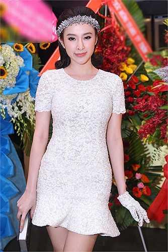 Chẳng cần khoe cơ thể táo bạo, Angela Phương Trinh vẫn gây chú ý