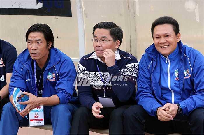 Ông Nguyễn Tấn Anh (ngồi giữa) là Trưởng đoàn bóng đá HAGL và được xem là cánh tay phải đắc lực của bầu Đức ở mảng bóng đá. (Ảnh: Quang Minh)