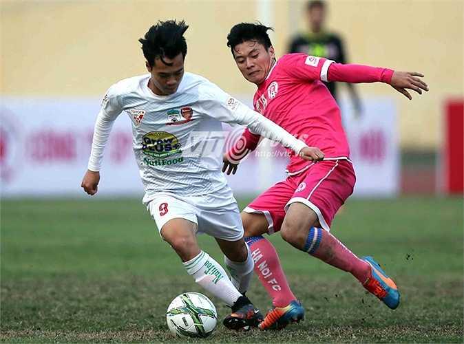 Ông Tấn Anh luôn gần gũi và chăm lo mọi thứ rất chu đáo cho các cầu thủ. (Ảnh: Quang Minh)