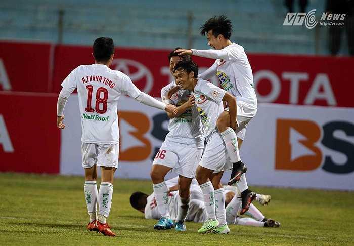 Kết quả trong sân, các học trò của HLV Nguyễn Quốc Tuấn chơi bùng nổ và có được 5 bàn thắng trong 15 phút cuối trận. (Ảnh: Quang Minh)